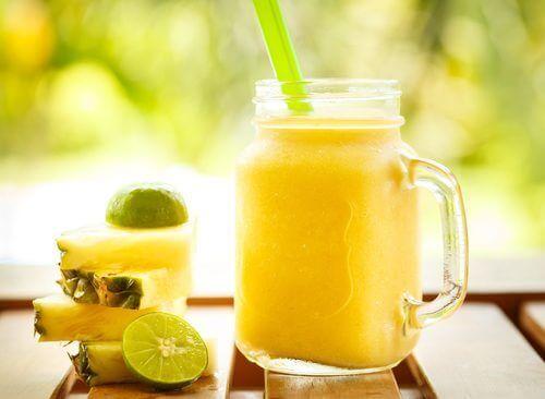 Ananas sisältää runsaasti vettä ja kuitua.