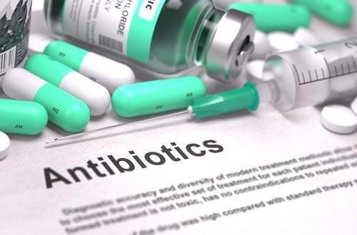 Antibiootit eivät tehoa viruksiin ja tästä syystä antibioottien syöminen ennaltaehkäisevänä tai hoitavana menetelmänä on koronatartunnan tapauksessa turhaa