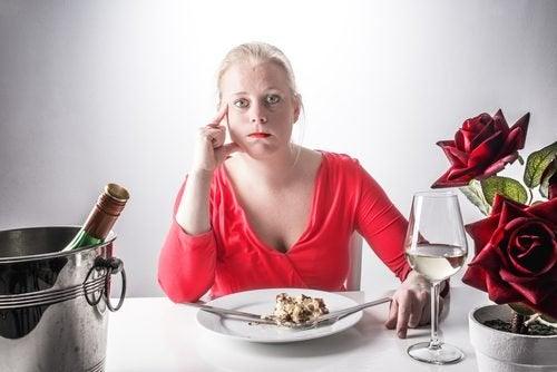 nainen ei jaksa syödä enää