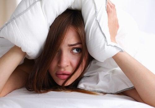nainen ei saa unta, kun meni nukkumaan hiukset märkänä