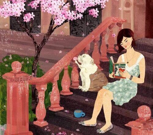 nainen lukee ulkona kirjaa