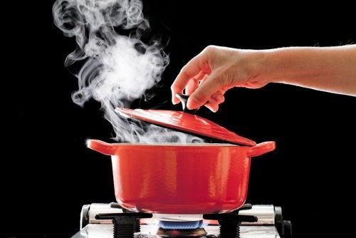 Kuuma vesi aiheuttaa helposti palovammoja.