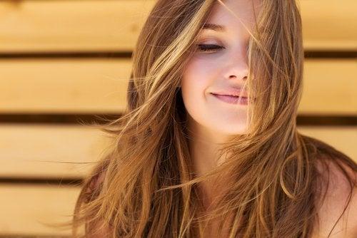 iloinen nainen jolla kauniit hiukset