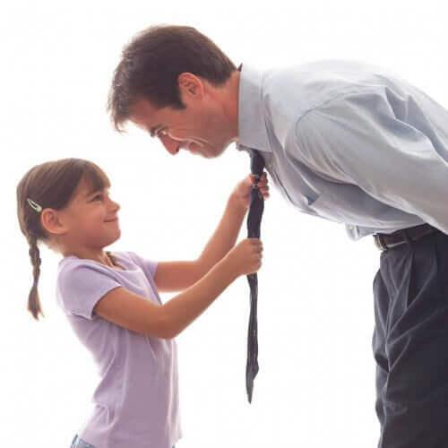 tyttö korjaa isän kravatin