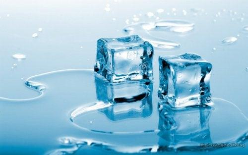 Kiinteytä rintoja kylmän veden ja jään avulla.