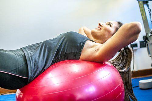 nainen jumppaa jumppapallolla