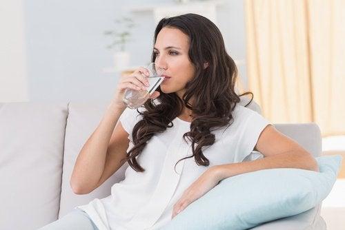 kuinka hoitaa peräpukamia, juo paljon vettä