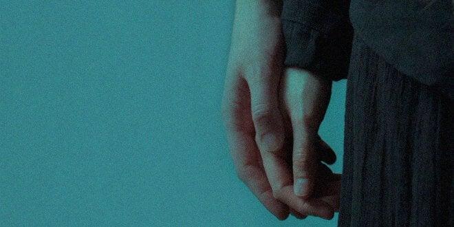 kädet koskettavat toisiaan