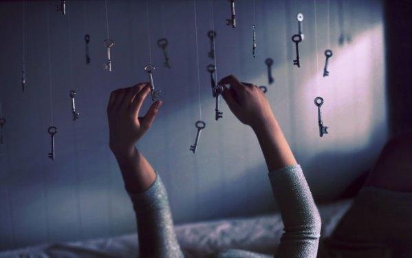 katosta roikkuvat avaimet