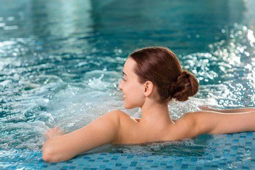 nainen uima-altaassa