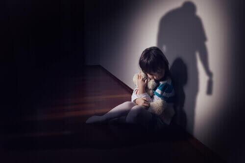 lapsi pelkää isää