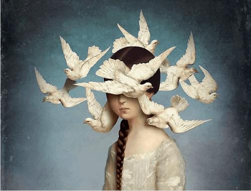 linnut tytön pään ympärillä