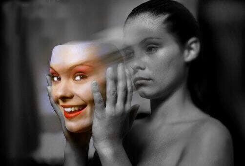 nainen ottaa naamarin pois
