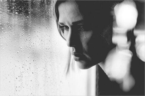nainen itkee ja ulkona sataa