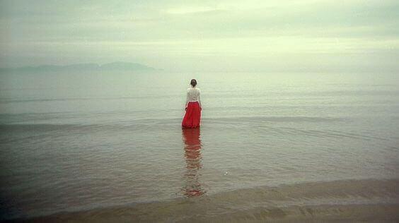 nainen kävelee mereen