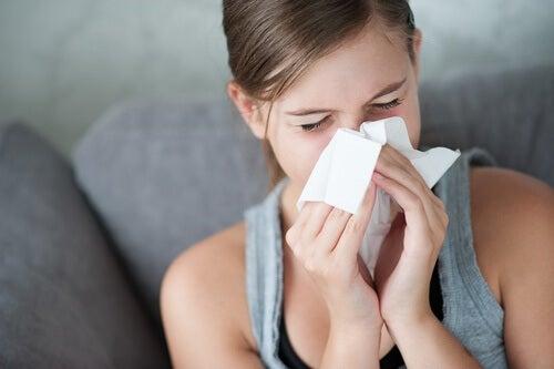 naisella on flunssa
