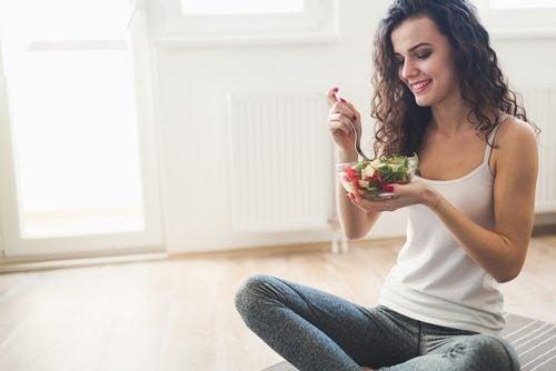 salaattikulhollinen lounaaksi