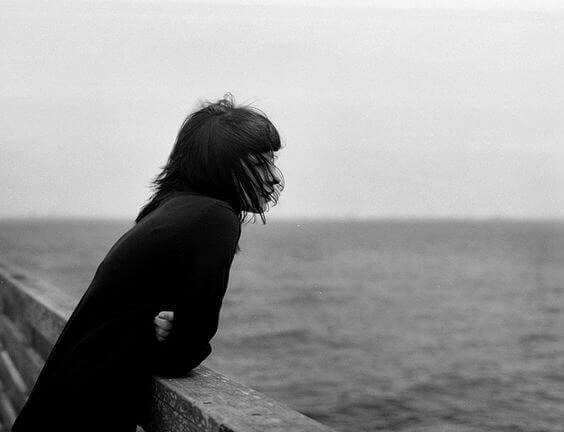 nainen katsoo merelle