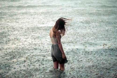 nainen myrskyisessä vedessä