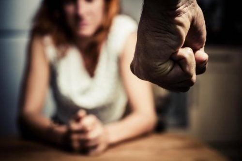 nainen ja miehen nyrkki