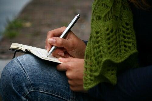 kirjoittaa päiväkirjaa