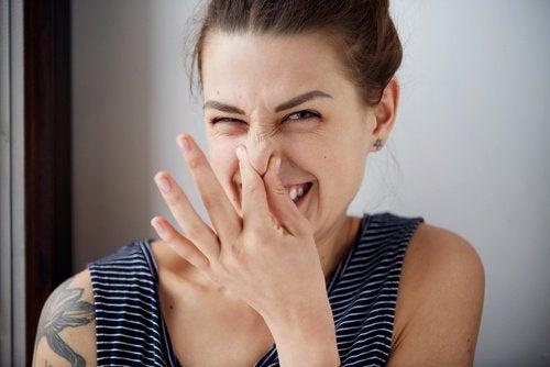 nainen nyrpistää nenäänsä