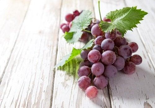 Punaisten viinirypäleiden sisältämä resveratroli tunnetaan nuoruusmolekyylinä.