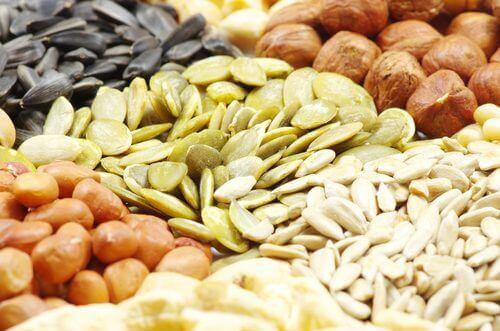 valikoima pähkinöitä ja siemeniä