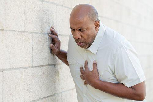 Sydänkohtaus voi ilmetä painavana tunteena rinnassa.
