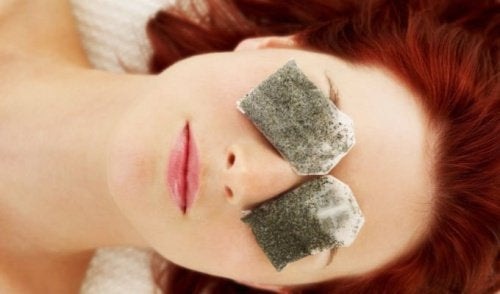 Kamomillateepussit silmillä vähentää silmien turvotusta.