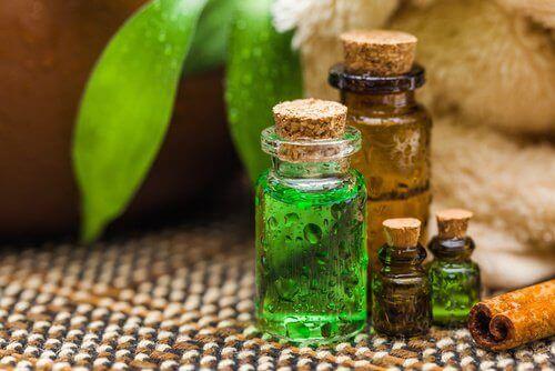 Teepuuöljyä voi käyttää kynsisienen hoitamiseen.