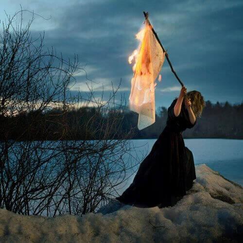 nainen ja lippu tulessa