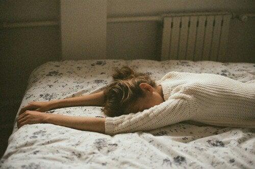 tyttö makaa sängyllä päätettyään suhteen, joka oli umpikujassa