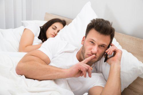mies pettää naista