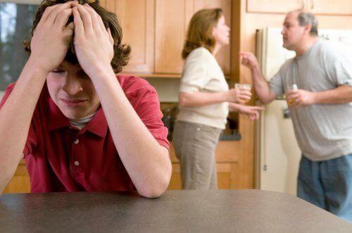 vanhemmat riitelevät teinin edessä