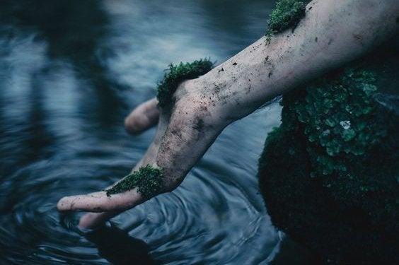 sammaloitunut käsi vedessä