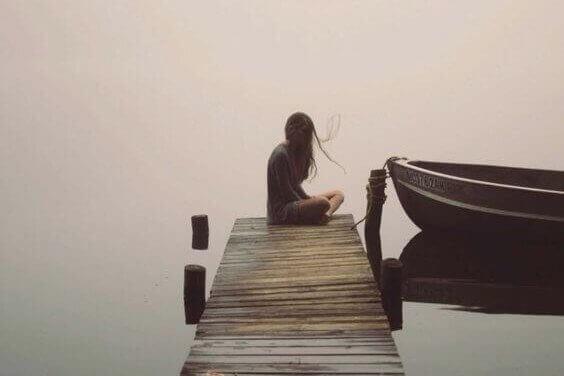 yksinäinen tyttö laiturilla