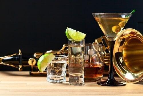ALkoholin sisältämä tyramiini aiheuttaa päänsärkyä ja sekavuutta.