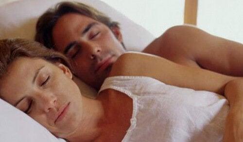 nukkuminen halaillen