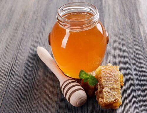 Hunaja auttaa kosteuttamaan kynsiä.
