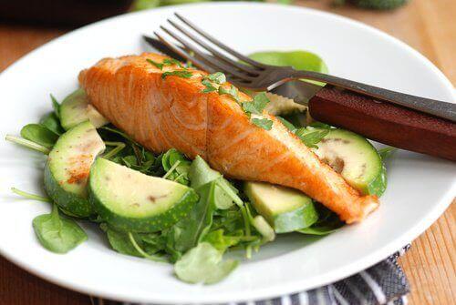 Illallisen väliin jättäminen vai terveellinen illallinen?