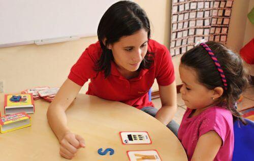 Lapsen hyväksikäyttäjä voi työskennellä lasten keskuudessa.
