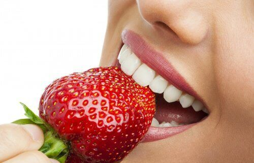 mansikat hyväksi hampaille