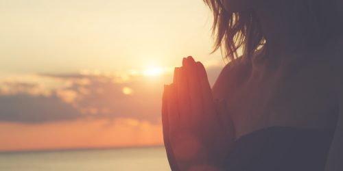 nainen meditoi ilta-auringossa
