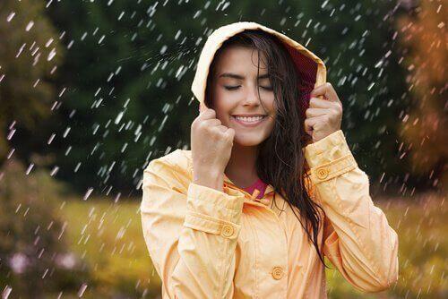 iloinen nainen sateessa