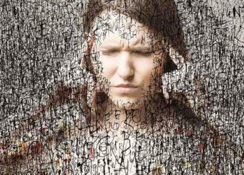 nainen ja pakkomielteinen murehtiminen