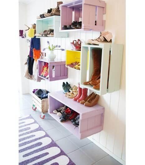 Kenkähylly ja kenkäkaappi pitävät kengät järjestyksessä