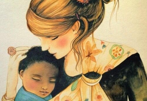 rauhallinen vauva äidin sylissä