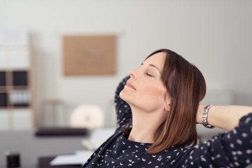 nainen rentoutuu