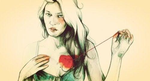 nainen ompelee sydämen rintaansa
